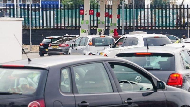 صفهای طولانی پمپ بنزینها در بریتانیا